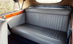1951 Bentley MK VI in Midnight Blue over Ivory (interior en)
