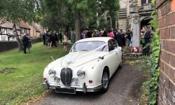 1961 Jaguar MK II in Old English White with chrome wire-wheels (1 en)